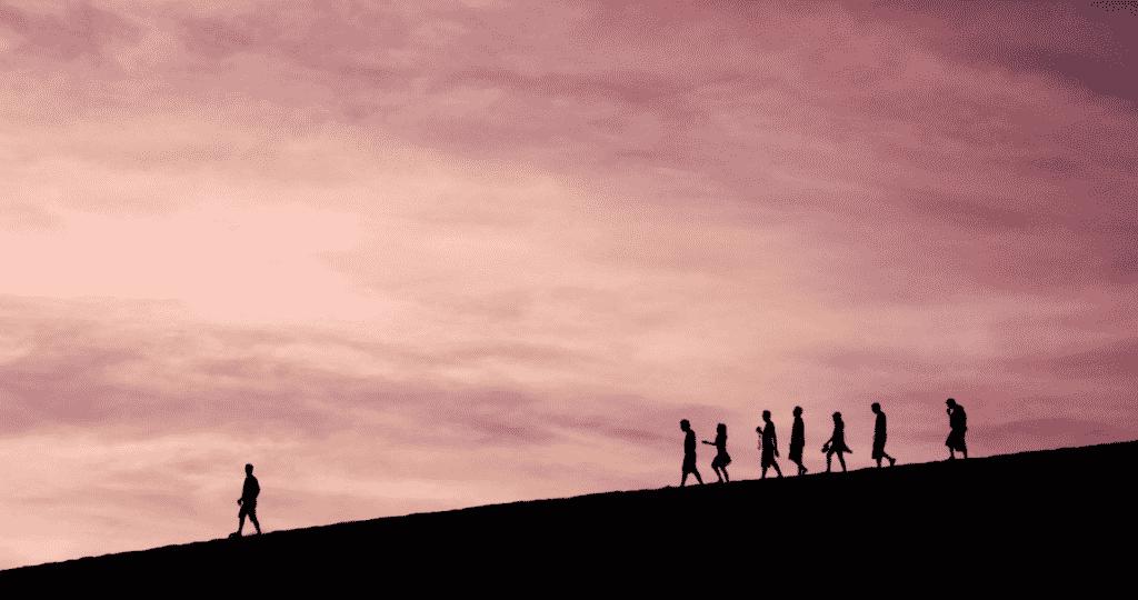 grup de oameni care coboara de pe munte